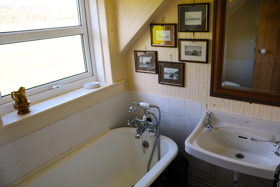 http://www.skipnesscottages.co.uk/wp-content/uploads/2016/01/MiddleSeaview_Bathroom.jpg