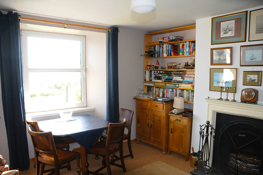 http://www.skipnesscottages.co.uk/wp-content/uploads/2016/01/MiddleSeaview_SittingRoom2.jpg