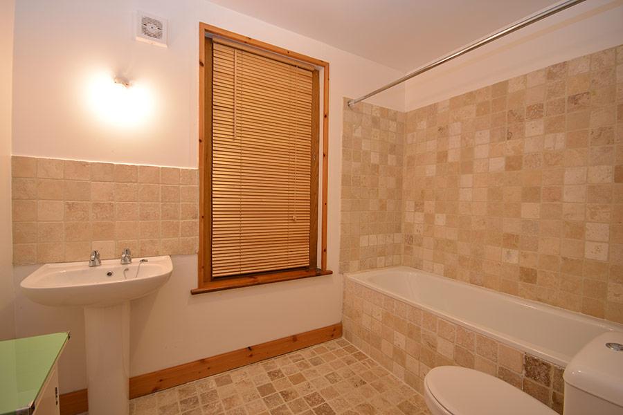http://www.skipnesscottages.co.uk/wp-content/uploads/2016/01/OldPumphouse_Bathroom1.jpg