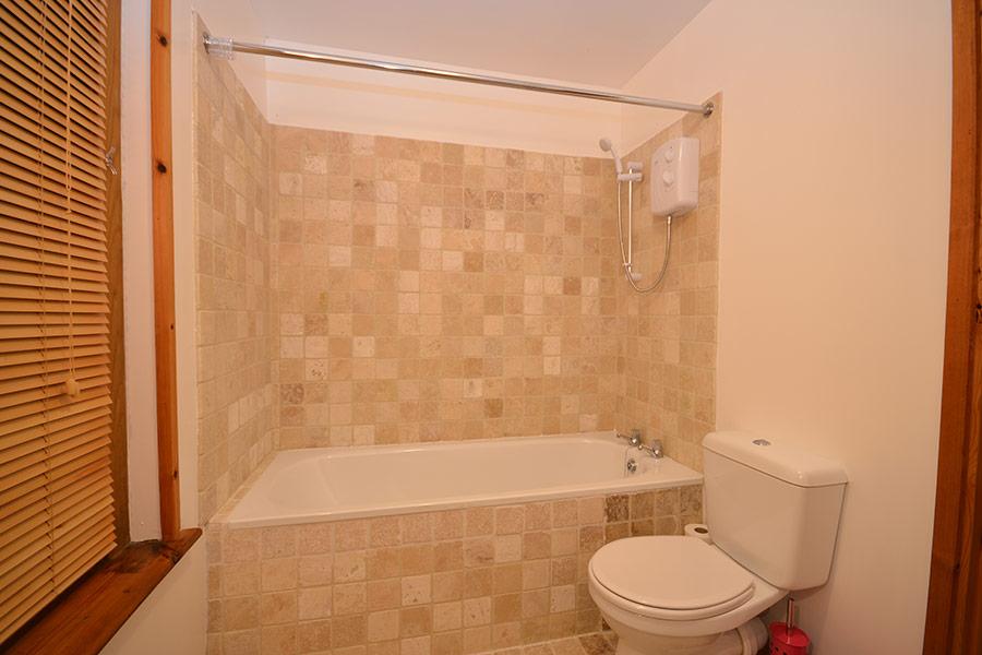 http://www.skipnesscottages.co.uk/wp-content/uploads/2016/01/OldPumphouse_Bathroom2.jpg
