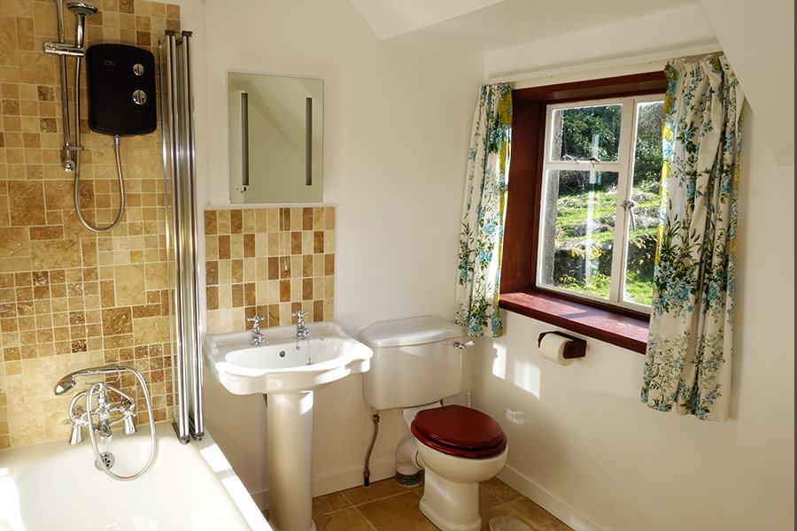 http://www.skipnesscottages.co.uk/wp-content/uploads/2016/01/PortNaChroNorth_Bathroom1.jpg