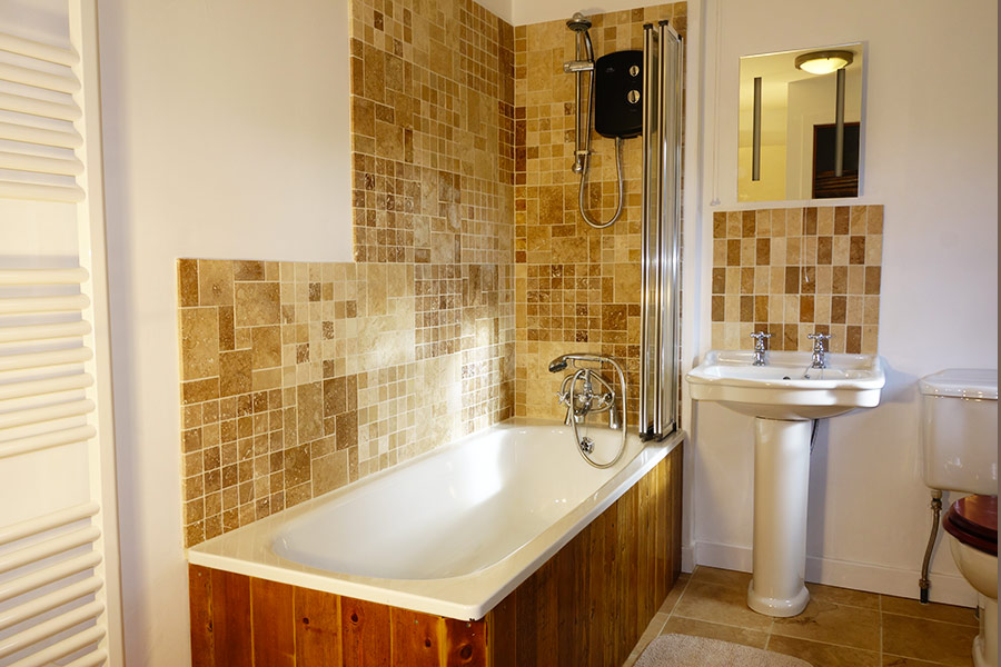 http://www.skipnesscottages.co.uk/wp-content/uploads/2016/01/PortNaChroNorth_Bathroom2.jpg