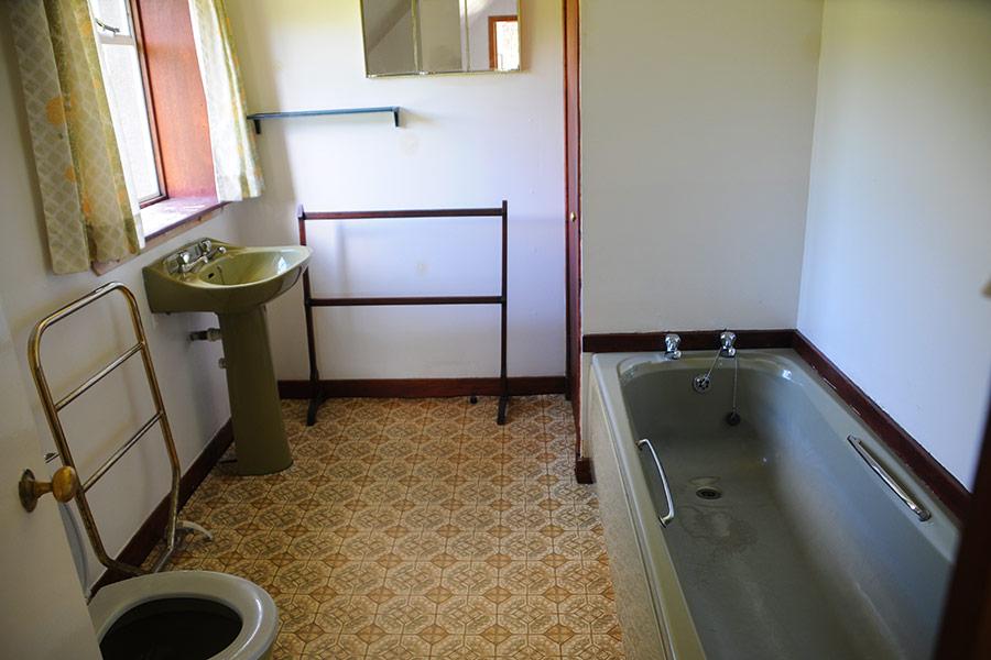http://www.skipnesscottages.co.uk/wp-content/uploads/2016/01/PortNaChroSouth_Bathroom.jpg
