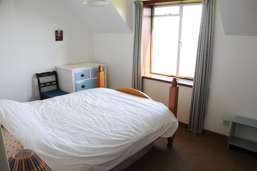 http://www.skipnesscottages.co.uk/wp-content/uploads/2016/01/PortNaChroSouth_Bedroom_Double2.jpg