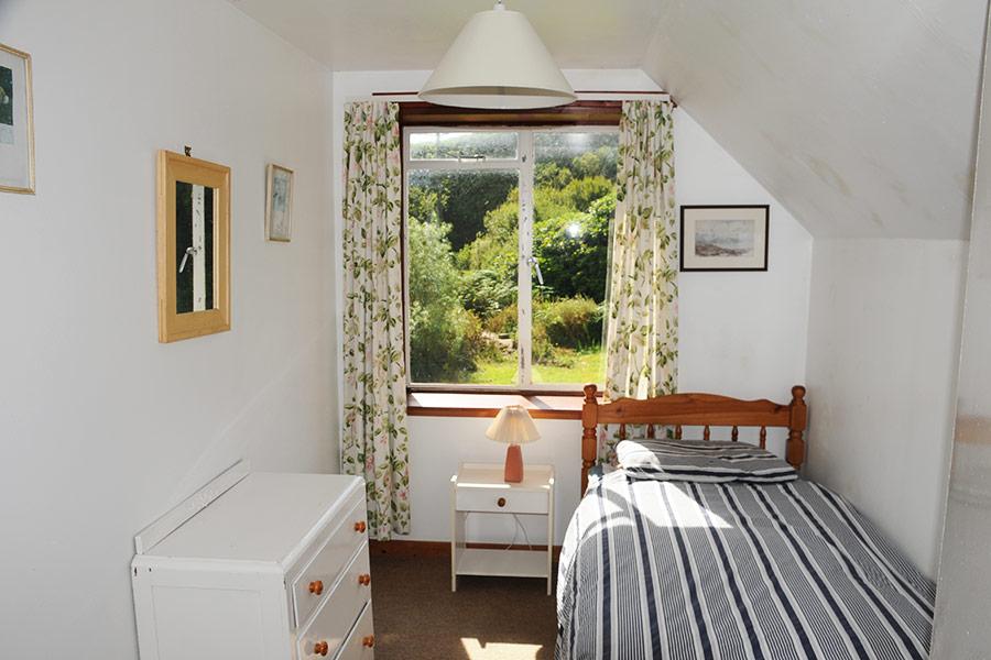 http://www.skipnesscottages.co.uk/wp-content/uploads/2016/01/PortNaChroSouth_Bedroom_Single1.jpg